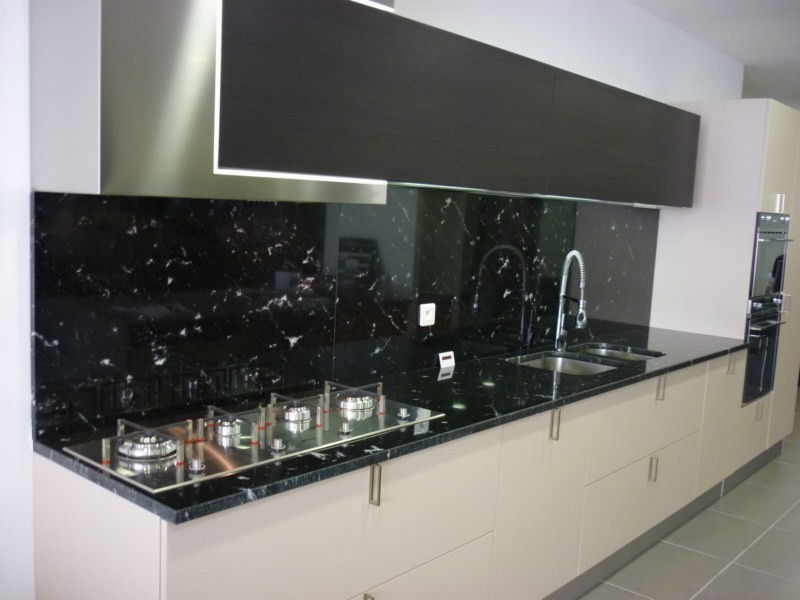 plan de cuisine en granit noir vialact a valgra sud. Black Bedroom Furniture Sets. Home Design Ideas